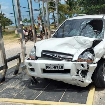 Carro bate em outro veículo, invade calçadão e deixa feridos no Recife