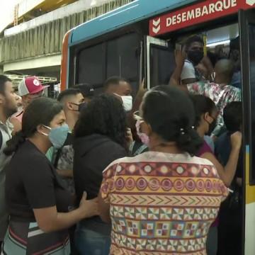 Ônibus lotados refletem o início da reabertura das atividades em PE