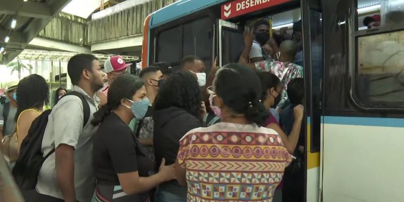 Flagras foram feitos no Terminal Integrado de Afogados com os coletivos saindo lotados e passageiros em pé até a porta