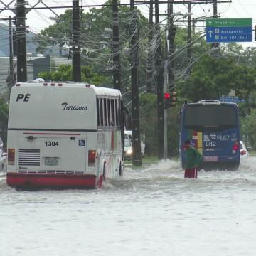 Alerta de chuva com intensidade de moderada a forte continua nesta segunda-feira no Recife