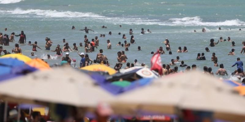 Crianças e adultos tomando banho em locais proibidos e pessoas sem a máscara  descumprindo determinação estadual para conter a covid-19