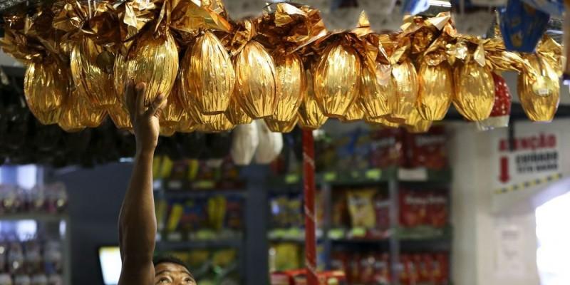 De acordo com a Associação Brasileira dos Produtores de Chocolate, Amendoim e Balas (Abicab), em 2020, cerca de 8,5 mil toneladas de ovos e outros produtos da época foram produzidas, 15% menor do que em 2019
