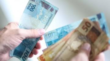 Bolsonaro reajusta valor do salário mínimo que passará de R$ 1.039 para R$ 1.045