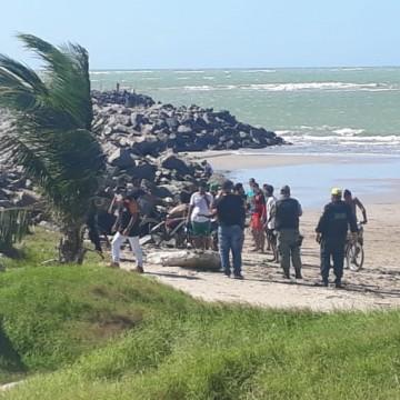 População descumpre regra e toma banho de mar em Olinda