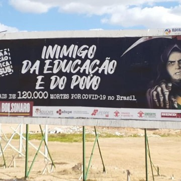 Professora da UFRPE é alvo de investigação da PF após críticas feitas ao governo de Jair Bolsonaro em um outdoor