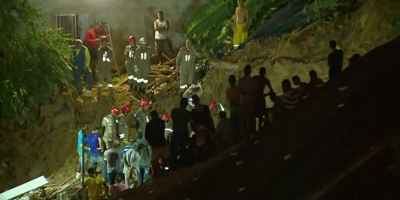 Os corpos de dois meninos foram enterrados neste domingo (16)