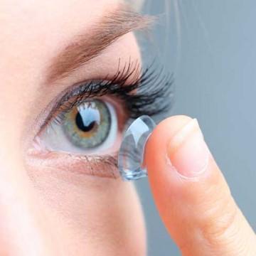 Oftalmologista sugere o uso de lentes de contato para maior praticidade no carnaval