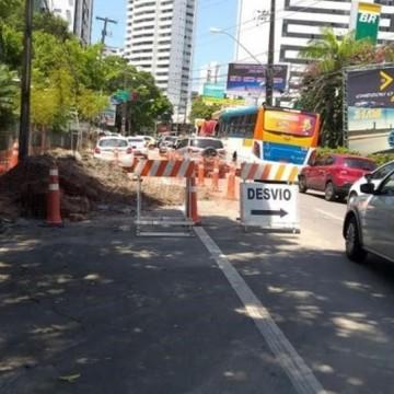 Obra de drenagem causa desvio de itinerário na Avenida Rui Barbosa, nas Graças