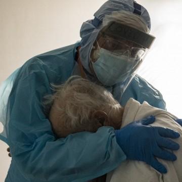 Levantamento realizado pela Secretaria Estadual de Saúde aponta redução no número de casos de covid-19 entre idosos com 85 anos ou mais