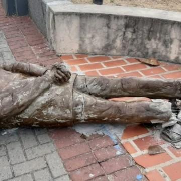 Estátua de Ariano Suassuna é alvo de vandalismo no Recife