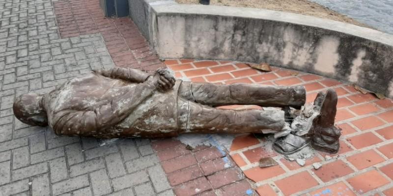 A escultura faz parte do Circuito da Poesia do Recife, que tem diversas estátuas espalhadas pela cidade, de personalidades ligadas à arte pernambucana