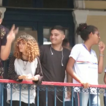 Estudantes da rede pública estadual reclamam que ainda não receberam uniformes