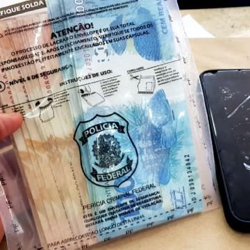 Mulher é presa após tentar comprar celular com notas falsas em Olinda