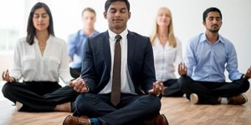 No Recife, profissionais formatam programas customizados de ioga, meditação e reiki para ajudar as empresas a superarem o avanço das doenças relacionadas à ansiedade