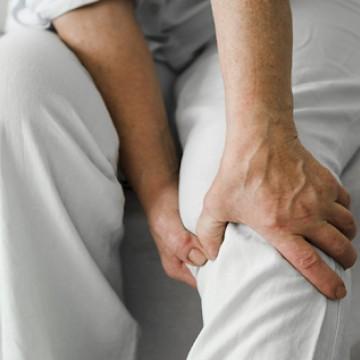 Entenda os motivos das dores nas articulações durante o frio e como minimizar o desconforto