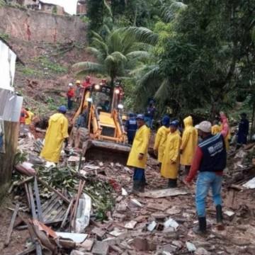 Bombeiros finalizam buscas após encontrar corpos de pai e filha soterrados