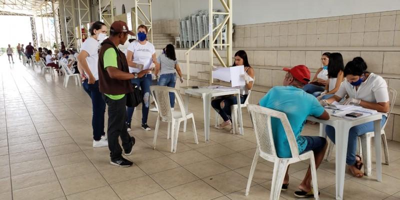 Nesta segunda-feira (06) o projeto distribuiu 375 cestas
