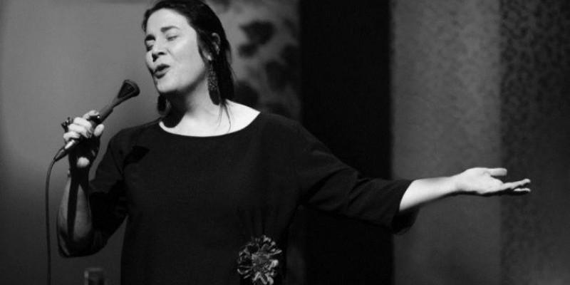 Cantora Mônica Salmaso sobe ao palco do Teatro de Santa Isabel com repertório focado em clássicos da MPB.