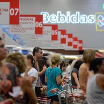 Varejo recua 16,8% de março para abril, diz IBGE