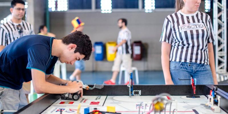 A competição também estimula a construção e programação de robôs autônomos