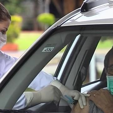 Novo ponto de drive-thru no Arruda atende pessoas para vacina contra a covid-19
