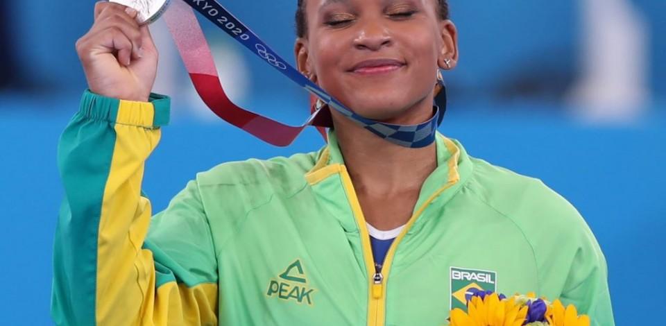 Rebeca comemora a maior façanha de uma ginasta brasileira na história dos jogos