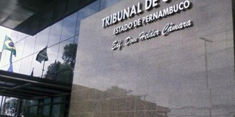 foram verificadas irregularidades na contratação da Juvanete Freire, entre elas, falta de habilitação jurídica e inaptidão da empresa para desempenho da atividade para a qual ela se propõe