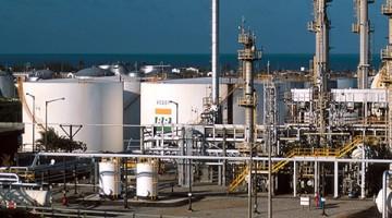 Gasolina vendida nas refinarias sofre reajuste