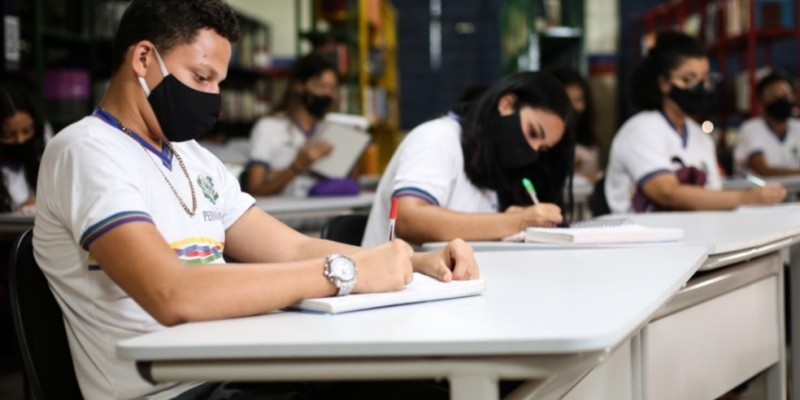 As vagas são preenchidas por ordem de prioridade por estudantes de escolas públicas e também pelo público em geral