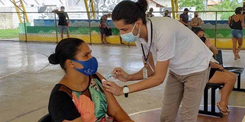 A imunização foi possível por conta da chegada de mais mil doses da vacina AstraZeneca/Fiocruz na ilha