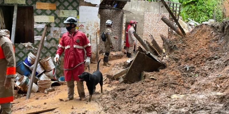 Chuvas fortes seguem pelo segundo dia seguido e causam transtornos e deslizamento de terra com vítimas