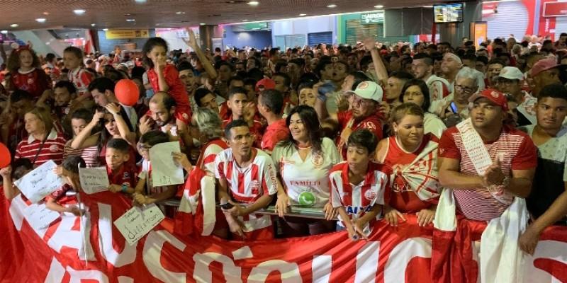 Na madrugada desta segunda para terça, a euforia tomou conta dos torcedores alvirrubros que fizeram uma carreata pelas ruas do Recife