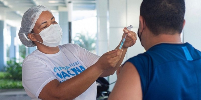 Com a chegada de novas doses a Pernambuco, a prefeitura baixou a faixa etária e ampliou a campanha de imunização