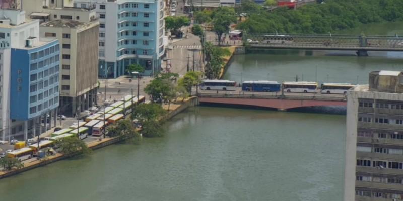 Na Avenida Agamenon Magalhães os coletivos estacionaram no corredor de ônibus. O ato foi repetido na Ponte Duarte Coelho, próxima a Avenida Conde da Boa Vista