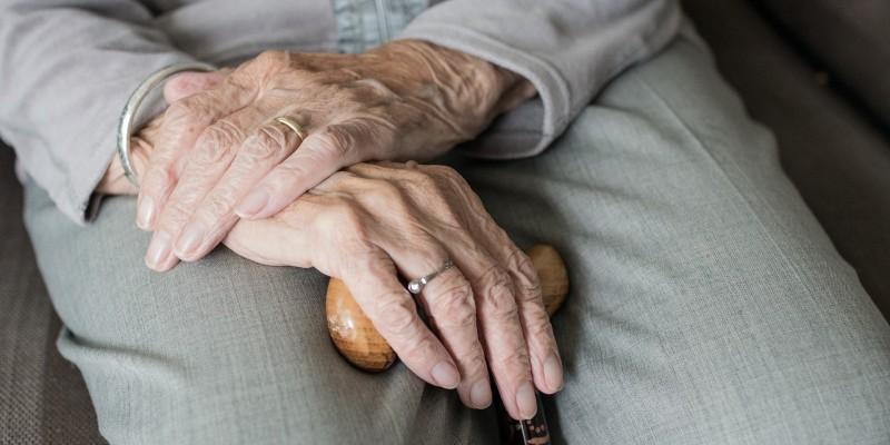 Com o isolamento social imposto pela pandemia da covid-19, o número de denúncias de violência a pessoa idosa aumentou 53%