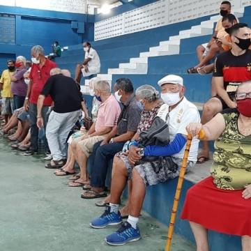 Sem precisar fazer agendamento, idosos se aglomeram no município de Paulista para ser vacinados contra a Covid