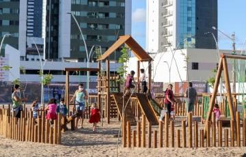 Atrações e doação de brinquedos movimentam praça no Dia das Crianças, em Caruaru