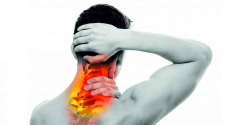 Condição rara em que os músculos do pescoço se contraem, fazendo com que a cabeça torça para um lado