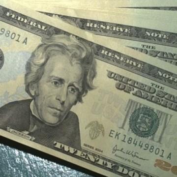 Dólar volta a bater recorde, euro supera a berreira do R$ 5,00 e bolsa sobe