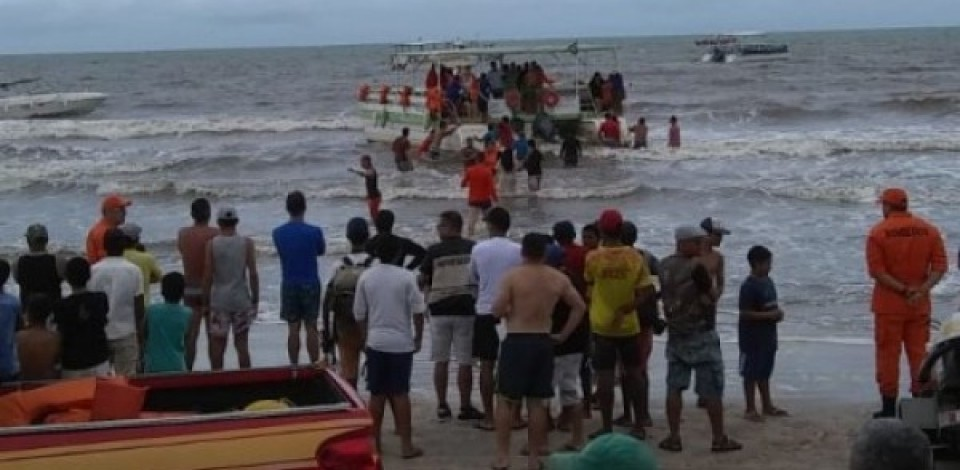 Duas pessoas morrem após catamarã colidir em uma pedra em Maragogi
