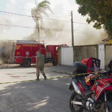Incêndio atinge madeireira e casa no bairro de Afogados neste domingo (4)