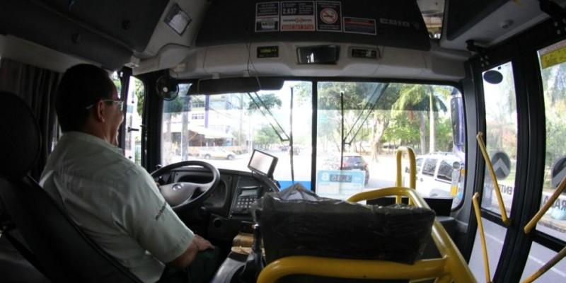 A fila de coletivos parados se estendeu pela Avenida Dois Rios, no bairro do Ibura, Zona Sul do Recife