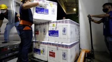 Mais 102 mil doses da vacina Coronavac chegam a Pernambuco