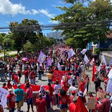 Manifestantes se reúnem no Recife contra o Governo Bolsonaro