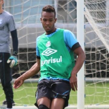 Santa Cruz oficializa jovem zagueiro Denilson, formado na base do Grêmio