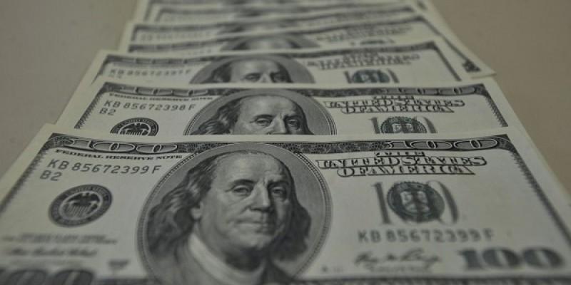 Para acalmar o mercado, o Banco Central leiloou US$ 500 milhões em contratos novos de swap cambial, que equivalem à venda de dólares no mercado futuro.