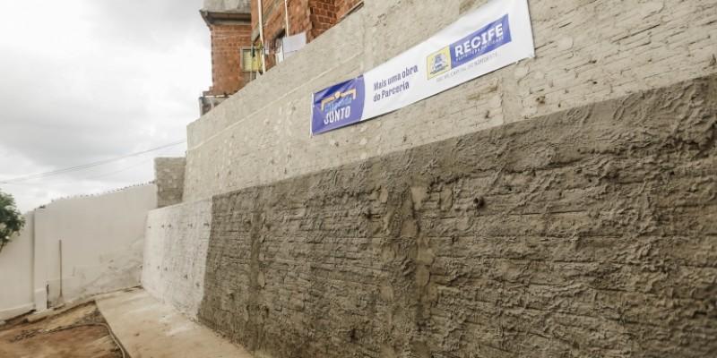 Ação tem como objetivo atender moradores das áreas de morro com obras em muros de contenção, drenagem, escadaria e até melhoria habitacional