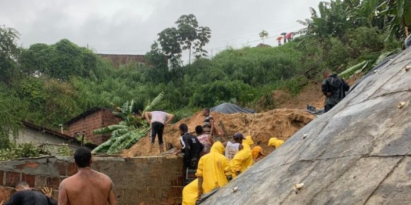 Em Camaragibe, sete pessoas estão soterradas. Em Jaboatão dos Guararapes, quatro pessoas foram atingidas por queda de barreira e uma adolescente de 17 anos morreu