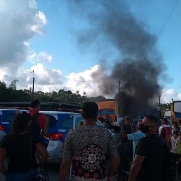 Passageiros fazem protesto no Terminal Integrado de Igarassu, no Grande Recife