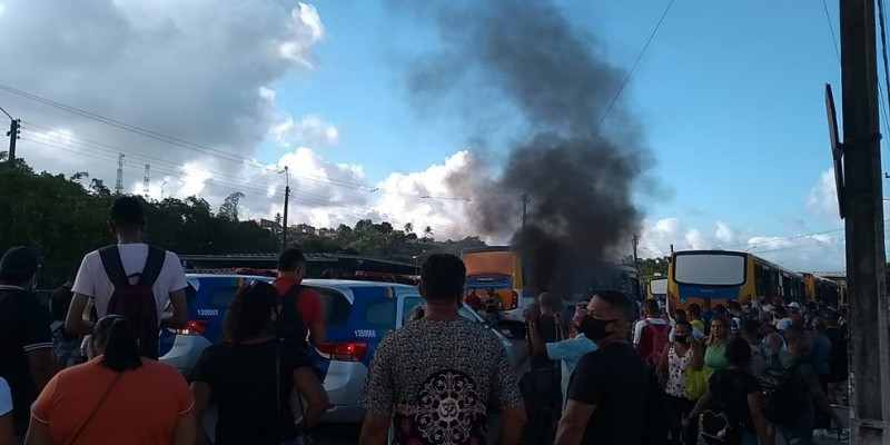 Os manifestantes queimaram pneus, bloqueando a entrada e saída dos coletivospor causa do aumento na passagem de ônibus do Grande Recife, nesta manhã desegunda-feira